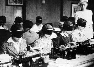 black-and-white-old-typewriter-vintage-women-FavimWEB